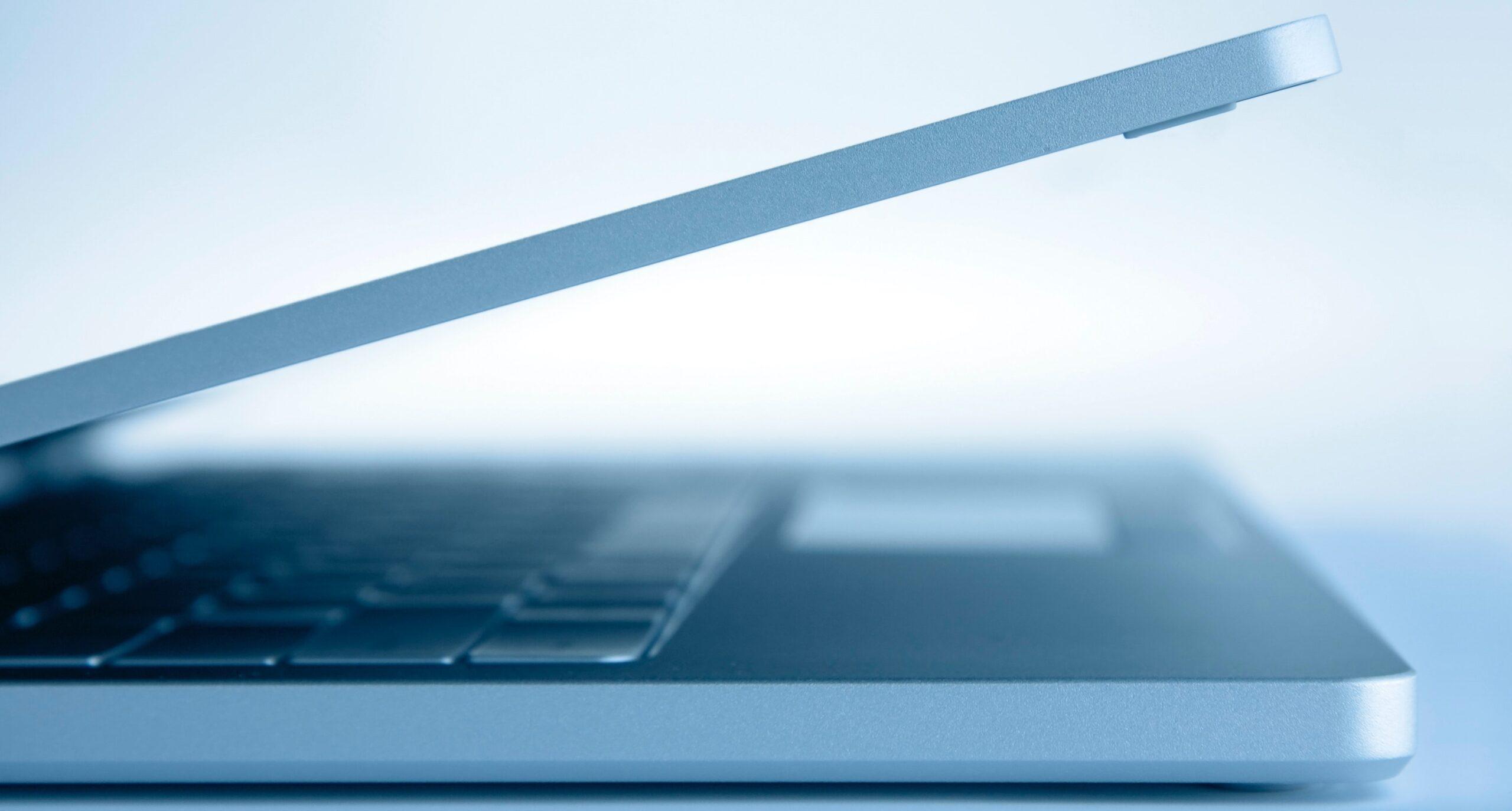 Kopfzeile mit offenem Laptop